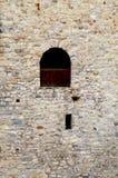 Παράθυρο στον παλαιό τοίχο πετρών του μεσαιωνικού κάστρου στοκ φωτογραφίες