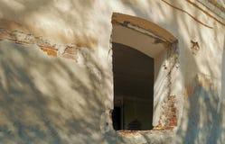 Παράθυρο στον τοίχο ενός κτηρίου στις καταστροφές, λεπτομέρεια ενός εγκαταλειμμένου κτηρίου, έγκλημα και βανδαλισμός, copyspace Στοκ φωτογραφία με δικαίωμα ελεύθερης χρήσης