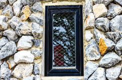 Παράθυρο στους βράχους τοίχων Στοκ Εικόνες