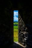 Παράθυρο στο βράχο Cashel με την άποψη στο Castle και το τοπίο στην Ιρλανδία Στοκ φωτογραφία με δικαίωμα ελεύθερης χρήσης