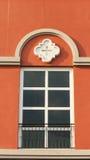 Παράθυρο στο ζωηρόχρωμο τοίχο Στοκ Εικόνα
