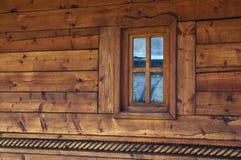 Παράθυρο στο ξύλινο σπίτι Στοκ φωτογραφίες με δικαίωμα ελεύθερης χρήσης