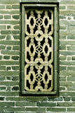 παράθυρο στο τουβλότοιχο του κινεζικού παραδοσιακού λαϊκού σπιτιού της Ασίας με το σχέδιο και το σχέδιο του ασιατικού κλασσικού ύ Στοκ Εικόνα