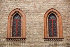 Παράθυρο του Castle σε ένα μεσαιωνικό ύφος Σχηματισμένο αψίδα διπλάσιο παράθυρο σε μια πρόσοψη του μεσαιωνικού τοίχου Biforium -  Στοκ εικόνες με δικαίωμα ελεύθερης χρήσης