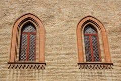 Παράθυρο του Castle σε ένα μεσαιωνικό ύφος Σχηματισμένο αψίδα διπλάσιο παράθυρο σε μια πρόσοψη του μεσαιωνικού τοίχου Biforium -  Στοκ Εικόνες