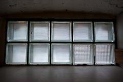 Παράθυρο υπογείων που αφήνει στο φως Στοκ Εικόνες