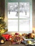 Παράθυρο Χριστουγέννων με το γεύμα και τα δώρα ψητού Στοκ φωτογραφίες με δικαίωμα ελεύθερης χρήσης