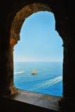 Παράθυρο Arcade και άποψη της θάλασσας Στοκ Εικόνες