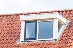 Παράθυρο Dormer στη στέγη της σοφίτας με τα κεραμίδια στεγών Στοκ Εικόνες