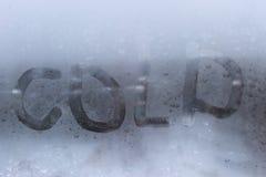 Παράθυρο Misted με το κρύο επιγραφής στοκ εικόνες