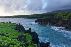 Παράκτια άποψη της Hana Maui της μαύρης παραλίας άμμων στοκ φωτογραφία