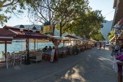 Παράκτια οδός με τα εστιατόρια στο χωριό Vasiliki, Λευκάδα, Επτάνησα, Ελλάδα στοκ φωτογραφία με δικαίωμα ελεύθερης χρήσης