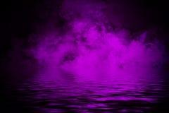 Παράκτια ομίχλη Πορφυρός καπνός στην ακτή Αντανάκλαση ύδατος διανυσματική απεικόνιση