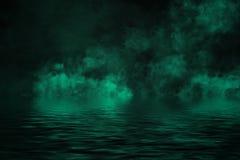 Παράκτια ομίχλη Πράσινος καπνός στην ακτή Αντανάκλαση ύδατος ελεύθερη απεικόνιση δικαιώματος
