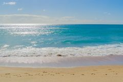 Παράκτια περίληψη θαμπάδων κινήσεων με shimmer ήλιων πέρα από τη θάλασσα στοκ φωτογραφία με δικαίωμα ελεύθερης χρήσης