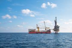 Παράκτια πλατφόρμα πετρελαίου και εγκαταστάσεων γεώτρησης Στοκ φωτογραφία με δικαίωμα ελεύθερης χρήσης