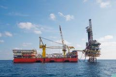 Παράκτια πλατφόρμα πετρελαίου και εγκαταστάσεων γεώτρησης Στοκ φωτογραφίες με δικαίωμα ελεύθερης χρήσης