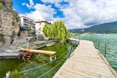 Παράκτια σκηνή με την ξύλινη διάβαση πεζών από τη Οχρίδα και τη λίμνη Οχρίδα Στοκ εικόνες με δικαίωμα ελεύθερης χρήσης