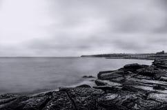 παράκτια σκηνή, seascape, νεφελώδης ουρανός Όμορφο Seascape Θάλασσα και βράχος στο ηλιοβασίλεμα στο χειμώνα Κασπία Θάλασσα, Abshe Στοκ φωτογραφία με δικαίωμα ελεύθερης χρήσης