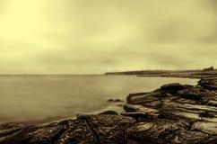 παράκτια σκηνή, seascape, νεφελώδης ουρανός Όμορφο Seascape Θάλασσα και βράχος στο ηλιοβασίλεμα στο χειμώνα Κασπία Θάλασσα, Abshe Στοκ Εικόνες