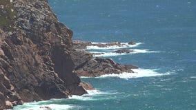 Παράκτια ωκεάνια κύματα στην ακτή απόθεμα βίντεο