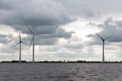 Παράκτια windfarm κοντά στην ολλανδική ακτή με το νεφελώδη ουρανό Στοκ Εικόνες