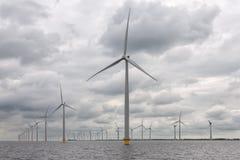 Παράκτια windfarm κοντά στην ολλανδική ακτή με το νεφελώδη ουρανό Στοκ εικόνα με δικαίωμα ελεύθερης χρήσης