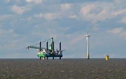 Παράκτια windfarm πλατφόρμα εγκαταστάσεων γεώτρησης Στοκ εικόνα με δικαίωμα ελεύθερης χρήσης