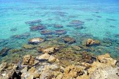 Παράκτιες μπλε νερό και πέτρες θάλασσας Σύσταση, υπόβαθρο για μια περιοχή, έμβλημα, κείμενο, ετικέτα Στοκ εικόνα με δικαίωμα ελεύθερης χρήσης