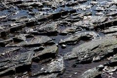 Παράκτιες νερό της θάλασσας και άμμος σχηματισμών βράχου Στοκ φωτογραφία με δικαίωμα ελεύθερης χρήσης