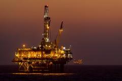 Παράκτιες πλατφόρμα πετρελαίου/εγκατάσταση γεώτρησης Χάντινγκτον Μπιτς στοκ εικόνα με δικαίωμα ελεύθερης χρήσης