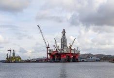 Παράκτιες πλατφόρμες άντλησης πετρελαίου κόκκινος και κίτρινος στο ναυπηγείο για την υπηρεσία στοκ εικόνες με δικαίωμα ελεύθερης χρήσης