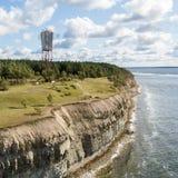 Παράκτιοι απότομος βράχος και φάρος Panga Panga pank, νησί Saaremaa, κοντά σε Kuressaare, Εσθονία Βορράς-εσθονικός γκρεμός ασβεστ στοκ εικόνα