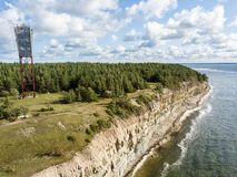 Παράκτιοι απότομος βράχος και φάρος Panga Panga pank, νησί Saaremaa, κοντά σε Kuressaare, Εσθονία Βορράς-εσθονικός γκρεμός ασβεστ στοκ εικόνες