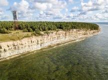 Παράκτιοι απότομος βράχος και φάρος Panga Panga pank, νησί Saaremaa, κοντά σε Kuressaare, Εσθονία Βορράς-εσθονικός γκρεμός ασβεστ στοκ εικόνα με δικαίωμα ελεύθερης χρήσης