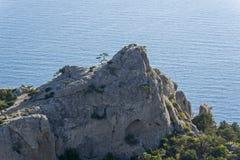 Παράκτιοι βράχοι στα πλαίσια της θάλασσας Στοκ Φωτογραφία