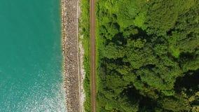 Παράκτιος δρόμος ραγών που τρέχει μεταξύ του βοτανικού κήπου Batumi και της θάλασσας, τοπ άποψη φιλμ μικρού μήκους