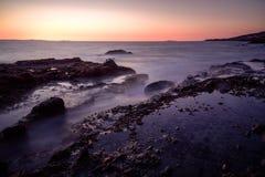 Παράκτιος μαγικός με τα μεταξωτά ομαλά κύματα Στοκ Φωτογραφία