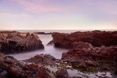 Παράκτιος μαγικός με τα μεταξωτά ομαλά κύματα Στοκ φωτογραφία με δικαίωμα ελεύθερης χρήσης