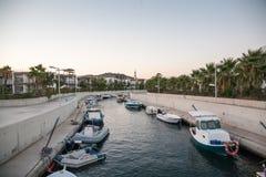 Παράκτιο κανάλι με τις βάρκες Αιγαίο πέλαγος μαρινών Στοκ Φωτογραφία