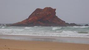 Παράκτιο νησί βράχου στην ωκεάνια παραλία φιλμ μικρού μήκους