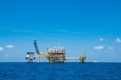 Παράκτιο πετρέλαιο και πλατφόρμα φυσικού αερίου, πετρέλαιο και πλατφόρμα φυσικού αερίου με το μπλε ουρανό Στοκ φωτογραφία με δικαίωμα ελεύθερης χρήσης