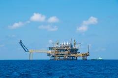Παράκτιο πετρέλαιο και πλατφόρμα φυσικού αερίου, πετρέλαιο και πλατφόρμα φυσικού αερίου με το μπλε ουρανό Στοκ φωτογραφίες με δικαίωμα ελεύθερης χρήσης