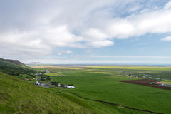 Παράκτιο τοπίο με τα αγροκτήματα στη νότια Ισλανδία Στοκ Φωτογραφία