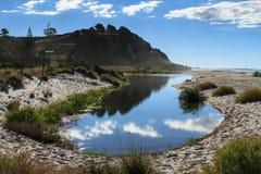 Παράκτιο τοπίο της Νέας Ζηλανδίας Παραλία και μικροσκοπική λίμνη Στοκ φωτογραφίες με δικαίωμα ελεύθερης χρήσης