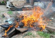 παράνομα απορρίματα πυρκαγιάς εγκαυμάτων Στοκ Εικόνες