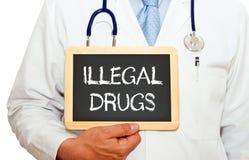 Παράνομα ναρκωτικά - γιατρός με τον πίνακα κιμωλίας στοκ φωτογραφία με δικαίωμα ελεύθερης χρήσης