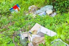 Παράνομη πρακτική ντάμπινγκ - διάφορα αντικείμενα που εγκαταλείπονται στη φύση Στοκ Εικόνα