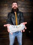 Παράνομο κέρδος και μαύρα μετρητά Έμπορος μαφιών τύπων με το κέρδος μετρητών Βάναυσο γενειοφόρο σακάκι δέρματος ένδυσης hipster α στοκ φωτογραφία με δικαίωμα ελεύθερης χρήσης