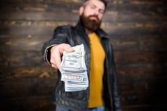 Παράνομο κέρδος και μαύρα μετρητά Έμπορος μαφιών τύπων με το κέρδος μετρητών Το άτομο δίνει τη δωροδοκία χρημάτων μετρητών Αφθονί στοκ φωτογραφίες